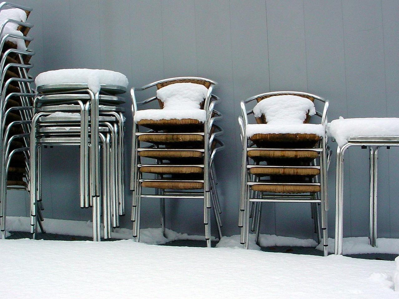 Sztaplowane krzesła – podstawowy parametr na każdej sali bankietowej